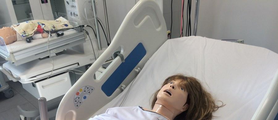 Fantomy  pacjentów, które krwawią, pocą się, sinieją i rozmawiają ze studentami, ponad 50 unitów stomatologicznych, na których przyszli dentyści ćwiczą borowanie czy protetykę - to część wyposażenia otwartego dziś w Zabrzu Centrum Symulacji Medycznej. Jest to już trzeci taki ośrodek Śląskiego Uniwersytetu Medycznego. Dwa działają w Katowicach.