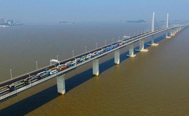 Prezydent Chin Xi Jinping otworzył we wtorek najdłuższy most na świecie, łączący Chiny kontynentalne z wyspiarskimi Makau i Hongkongiem. Most ma długość 55 km. Honkgkong, Makau i Zhuhai to trzy główne miasta delty Rzeki Perłowej w Chinach, określanej jako największa metropolia świata.