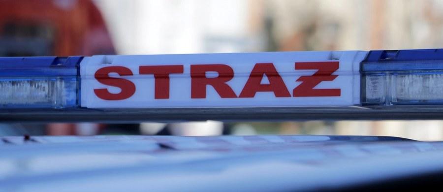 W ciężkim stanie jest 54-latek, który wpadł do najprawdopodobniej pustego zbiornika firmy kosmetycznej w miejscowości Kanie w powiecie pruszkowskim na Mazowszu. Na miejscu trwa akcja policji i strażaków.