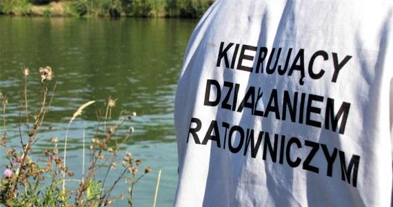 Ciało młodego mężczyzny wyłowiono w rejonie Mostów Mieszczańskich we Wrocławiu. Zgłoszenie przekazał jeden z przechodniów, który zauważył zwłoki dryfujące na powierzchni wody. Wrocławska policja potwierdza, że to poszukiwany od kilku dni zaginiony student Akademii Wojsk Lądowych.