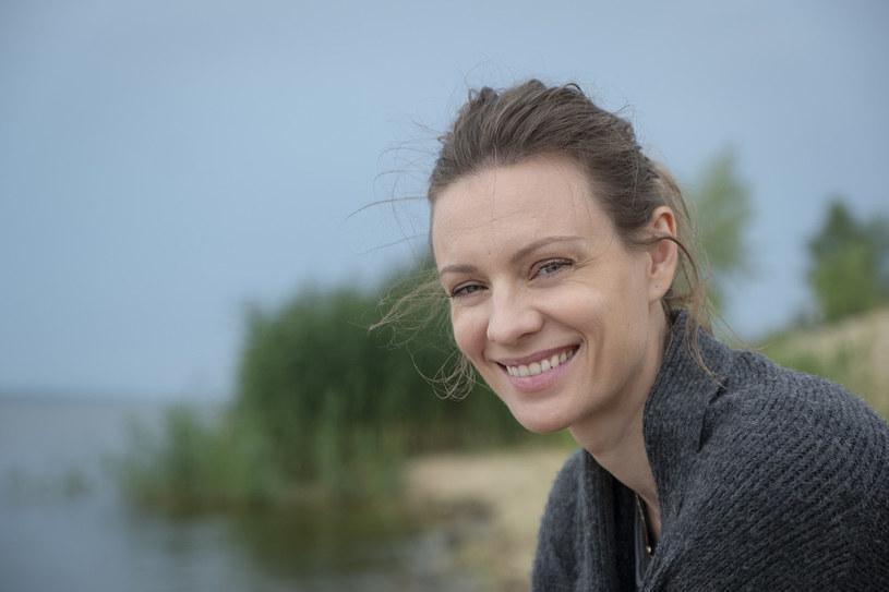 """W serialu """"Pod powierzchnią"""", nowej produkcji TVN, Magdalena Boczarska mierzy się z rolą kobiety, która próbuje podnieść się po rodzinnej tragedii. """"Ponieważ jestem świeżo upieczoną matką, to, co spotkało moją bohaterkę, o wiele dotkliwiej mnie poruszyło"""" - zwierza się aktorka."""