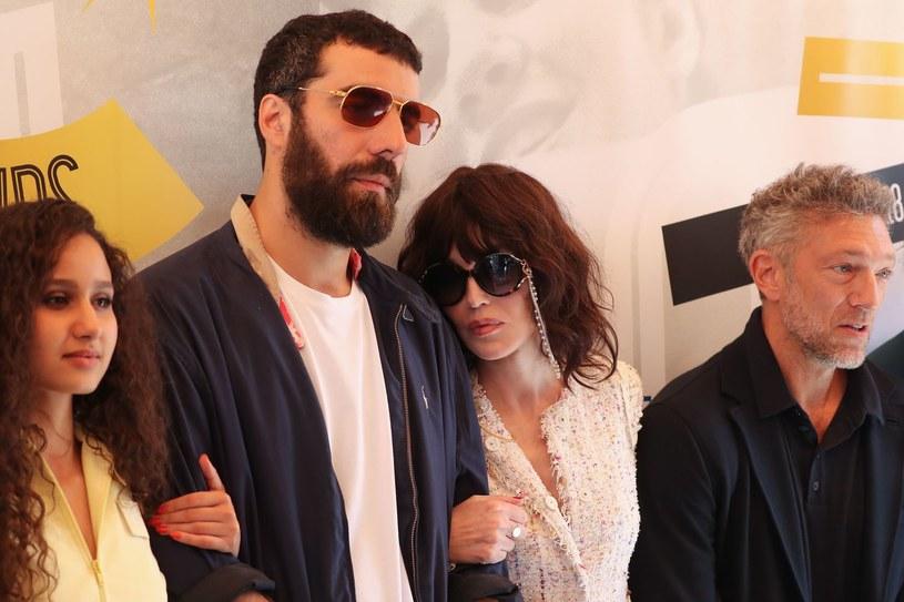 """Projekcja filmu na festiwalu w Cannes zakończyła się dziesięciominutową owacją. Czas na polskich widzów. Produkcja """"The World Is Yours"""" debiutuje na ekranach polskich kin w najbliższy piątek, 26 października. """"To historia gościa, który próbuje uciec z... gangsterskiego filmu"""" - mówi enigmatycznie reżyser Romain Gavras."""
