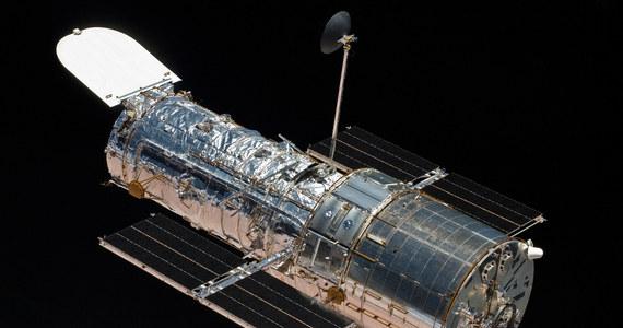 NASA prowadzi końcowe testy przed ponownym udostępnieniem kosmicznego teleskopu Hubble'a do badań naukowych. Po tym, jak 5 października doszło do awarii jednego z żyroskopów, teleskop przełączył się w tryb awaryjny, a centrum kontroli lotu próbowało uruchomić żyroskop zapasowy. Teleskop Hubble'a dysponuje w sumie sześcioma żyroskopami, które służą mu do precyzyjnej orientacji w przestrzeni, a po awarii sprawne pozostały już tylko dwa. Przez ponad dwa tygodnie eksperci NASA próbowali uruchomić i ustabilizować żyroskop, który nie pracował już od ponad 7 lat. Po początkowych niepowodzeniach, osiągnęli sukces.