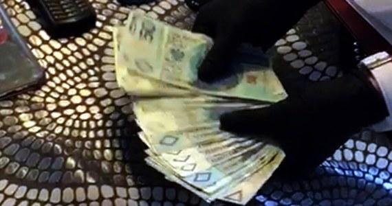 Policjanci z Centralnego Biura Śledczego Policji zatrzymali 6 osób, które miały należeć do gangu przemycającego narkotyki z Holandii do Polski. Według śledczych przestępcy mogli przywieźć ponad tonę różnych substancji, m.in. marihuanę, kokainę czy ecstasy.
