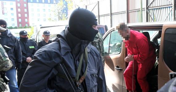 Cztery zarzuty, dotyczące kierowania zorganizowaną grupą przestępczą, rozboju z użyciem niebezpiecznego narzędzia i dwóch pobić, usłyszał w prokuraturze w Katowicach uważany za lidera gangu pseudokibiców Wisły Kraków Paweł M., ps. Misiek.