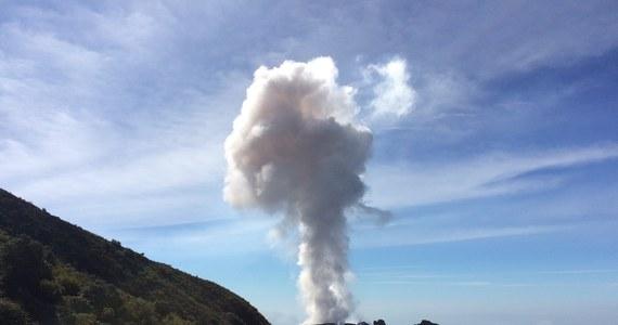 """Naukowcy i inżynierowie z University of Manchester przy współpracy wulkanologów opracowali specjalną kamerę do badania pyłu emitowanego w wyniku wybuchów wulkanów. Urządzenie nazwane """"AshCam"""" umożliwia monitorowanie pyłu i przewidywanie jego wpływu na zdrowie i bezpieczeństwo ludzi. Autorzy publikacji na łamach czasopisma """"Scientific Reports"""" przypominają erupcję wulkanu Eyjafjallajökull na Islandii w kwietniu 2010 roku i związane z nią, gigantyczne problemy międzynarodowego ruchu lotniczego. Ich zdaniem, korzystanie z podobnych kamer pomoże ograniczyć ewentualne przyszłe straty w podobnych przypadkach."""