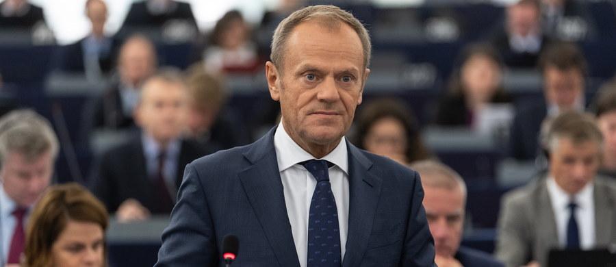 """Szef Rady Europejskiej Donald Tusk mówił podczas debaty w Parlamencie Europejskim w Strasburgu, że w kwestii migracji priorytetem dla Unii Europejskiej jest obecnie zatrzymanie napływu nielegalnych migrantów, a nie ich relokacja. W centrum dyskusji w UE są """"nieobowiązkowe kwoty"""" ich rozdziału."""