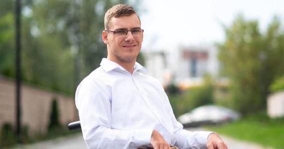 Jakub Hartwich, którego Polacy poznali podczas sejmowego protestu osób niepełnosprawnych, został wybrany do Rady Miasta Torunia. Chce w niej zajmować się problemami, które sam zna z życia codziennego. W wyborach zagłosowało na niego 2574 mieszkańców.