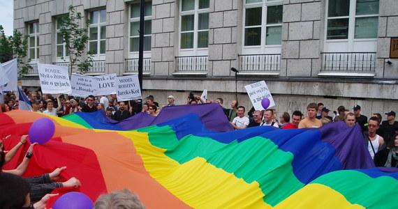 """Już jutro w wielu polskich szkołach odbędzie się akcja """"Tęczowy Piątek"""". To wydarzenie,organizowane z inicjatywy Kampanii Przeciw Homofobii ma pokazać """"uczniom i uczennicom, że szkoła jest miejscem, gdzie każdy może być sobą"""". Według pomysłodawców """"tego dnia dorośli i rówieśnicy dają wyraźny sygnał młodym osobom LGBTQI, że mogą na nich liczyć"""". Wielu osobom ta akcja się nie podoba. W Tarnowskich Górach powstała petycja przeciwko organizacji """"Tęczowego Piątku"""". Skala zniewag kierowanych pod adresem organizatorów wydarzenia była tak wielka, że uczniowie zdecydowali się odwołać akcję. Z mównicy sejmowej akcję potępił Robert Winnicki."""