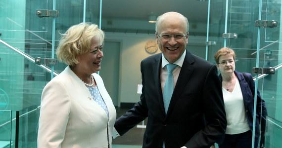 """Rządy nie mogą ignorować orzeczeń Trybunału Sprawiedliwości Unii Europejskiej - powiedział jego prezes Koen Lenaerts. Kraj, który nie jest gotowy do podporządkowywania się orzeczeniom TSUE, """"wpisuje się w proces podobny do brexitowego"""" - podkreślił.  Wypowiedź padła podczas wtorkowego spotkania z grupą dziennikarzy w Luksemburgu, gdzie siedzibę ma najwyższy sąd UE. W czwartek przytacza ją serwis Deutsche Welle."""