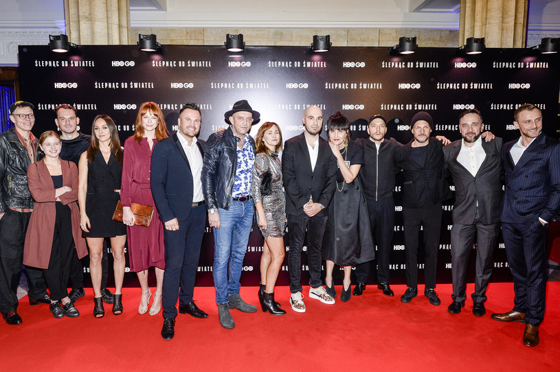 """W poniedziałek, 22 października, w Teatrze Dramatycznym w Warszawie odbyła się uroczysta premiera serialu HBO """"Ślepnąc od świateł"""". W wydarzeniu udział wzięli artyści oraz twórcy serialu. Premiera w HBO i HBO GO zaplanowana jest na 27 października."""
