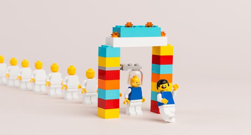 """Minifigurki LEGO świętują swoje 40. urodziny. Figurki """"zagrały"""" w kilku hollywoodzkich hitach kinowych, w tym """"LEGO Przygoda"""", """"LEGO Batman: Film"""" i """"LEGO Ninjago: Film""""."""