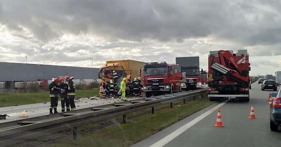 Na autostradzie A2 doszło do wypadku z udziałem dwóch ciężarówek. Do wypadku doszło około godz. 15:00 między węzłami Poznań Zachód i Komorniki, na 157 kilometrze A2 w kierunku Warszawy. Ruch na tym odcinku odbywa się tylko jednym pasem.