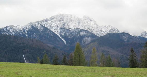 Na Kasprowym Wierchu leży już 18 cm świeżego śniegu. W nocy temperatura w Tatrach spada nawet do minus 10 stopni, a uczucie zimna potęguje jeszcze silny wiatr, który w porywach osiąga 90 km/h. W niższych partiach jednak wciąż jest zielono. A co czeka nas w pogodzie w najbliższych dniach w całej Polsce? Sprawdźcie!