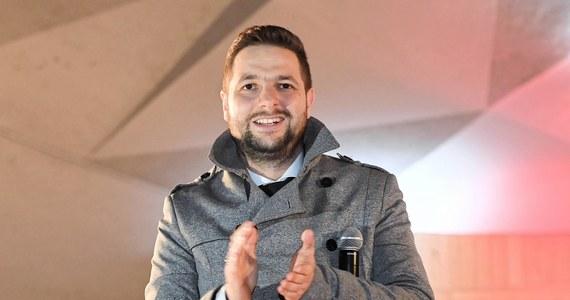 """""""Nie wykluczam takiej możliwości"""" – stwierdził w Polsat News Patryk Jaki pytany o to, czy wybiera się do europarlamentu. """"Jestem otwarty na różne możliwości, ale na razie mam dużo swojej pracy w ministerstwie"""" – zastrzegł polityk. O tym, że Patryk Jaki """"w nagrodę"""" za start w wyborach samorządowych w Warszawie, może zostać kandydatem PiS w wyborach do PE, napisało """"Do Rzeczy""""."""