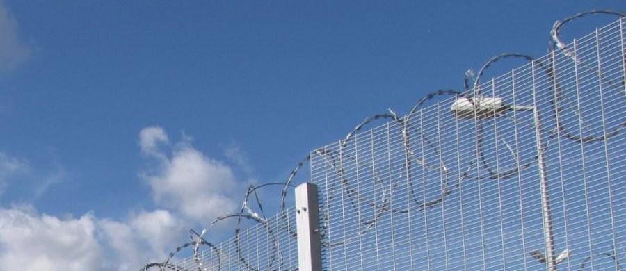 Na teren więzienia na południu Włoch spadł dron z ładunkiem telefonów komórkowych i narkotyków ukrytych w parówkach. Próba przemytu się nie udała, bo dron spadł niemal pod nogi jednego ze strażników. Gdyby jednak się udało - jeden z więźniów miał odpalić fajerwerki.