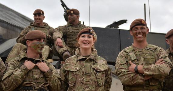 Brytyjski minister obrony Gavin Williamson zdecydował o rozpoczęciu rekrutacji kobiet na wszystkie stanowiska bojowe w armii, w tym - po raz pierwszy w pełni - w piechocie i prestiżowych siłach specjalnych, np. w piechocie morskiej. Kandydatki będą mogły się zgłaszać od grudnia i rozpoczną szkolenie od kwietnia 2019 roku.