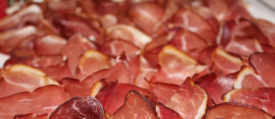 Chcesz zmniejszyć ryzyko zachorowania na raka piersi? Unikaj wysoko przetworzonych dań mięsnych. Kiełbasy, szynki, boczki i pasztety powinny wypaść z naszej diety lub gościć w niej bardzo rzadko – twierdzi badaczka ze Stanów Zjednoczonych.