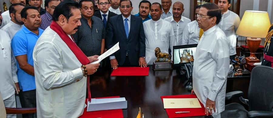 Prezydent Sri Lanki Maithripala Sirisena zawiesił w sobotę parlament, dzień po tym, jak z funkcji szefa rządu usunął Ranila Wickremasinghe'a, na jego miejsce powołując poprzedniego szefa państwa Mahindę Rajapaksę - poinformował rzecznik rządu.