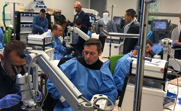 Blisko 30 okulistów z całego świata zjechało do Lublina, żeby szkolić się w centrum symulacji medycznej Uniwersytetu Medycznego w ramach najbardziej prestiżowego w Europie kursu zaawansowanej chirurgii oka ESASO. Uczyli się w teorii i w praktyce najbardziej skomplikowanego zabiegu jakim jest witrektomia.