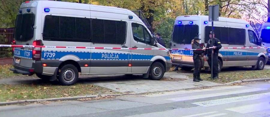 Łódzka prokuratura skierowała do sądu wnioski o areszt dla 41-letniego obywatela Gruzji i 44-letniej obywatelki Białorusi, podejrzanych m.in. o zatajenie zabójstwa 28-letniej Pauliny Dynkowskiej. Zwłoki młodej kobiety odnaleziono w piątek w Łodzi. Jak podkreśla rzecznik łódzkiej prokuratury Krzysztof Kopania, zabójca kobiety jest nadal poszukiwany.