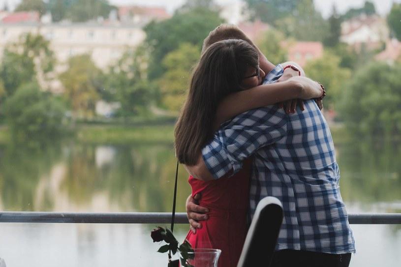 """Już dawno w programie """"Rolnik szuka żony"""" nie było aż tylu emocji. W siódmym odcinku z programem pożegnały się aż trzy kobiety. Wywołało to natychmiastową reakcję internautów. Co się dzieje?"""