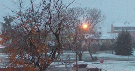 W Olsztynie i kilku innych miastach w woj. warmińsko-mazurskim mieszkańców przywitał o poranku biały puch. Pierwszy tej jesieni śnieg nie utrzymywał się jednak długo, ponieważ termometry wskazywały powyżej zera. Zobaczcie, jakie zdjęcia dostaliśmy od słuchaczy.