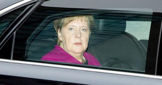 """Kanclerz Niemiec Angela Merkel chce pozostać szefową rządu, mimo że zapowiedziała, iż nie będzie się ponownie ubiegać o stanowisko przewodniczącej partii - informuje agencja dpa, powołując się na """"koła partyjne""""."""