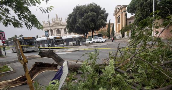 Najwyższy alert z powodu fali pogody obowiązuje w sześciu regionach we Włoszech: Lombardii, Wenecji Euganejskiej, Friuli-Wenecji Julijskiej, Trydencie, Ligurii i Abruzji. Ulewnym opadom towarzyszy wiatr osiągający prędkość do 100 km/h.