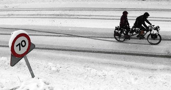 Intensywne wiatry z opadami śniegu doprowadziły w poniedziałek rano do chaosu komunikacyjnego w Hiszpanii. Wskutek śnieżyc zablokowane są liczne drogi i trasy kolejowe, zaś kilkadziesiąt tysięcy gospodarstw domowych pozbawionych jest prądu.