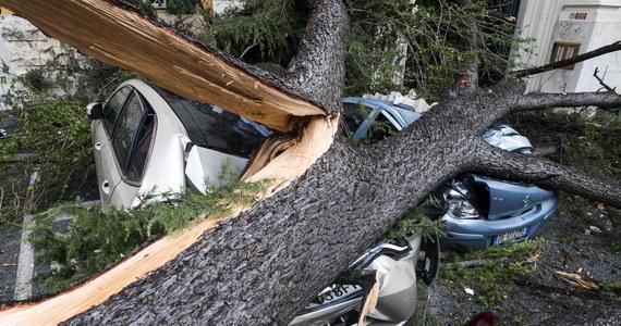 Cztery osoby zginęły we Włoszech, gdy runęły na nie przewrócone przez gwałtowny wiatr drzewa. Stan najwyższego alarmu pogodowego obowiązuje w wielu regionach kraju. W Wenecji woda zalała ponad połowę historycznego centrum miasta.
