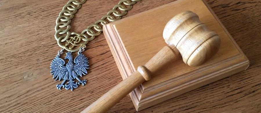 Prokuratura Okręgowa w Słupsku skierowała do sądu akt oskarżenia wobec 43-letniego Daniela M., któremu zarzuca zabójstwo żony Angeliki J., zaginionej w październiku 1998 r., oraz wyłudzenie alimentów na rzecz małoletniej wówczas córki.