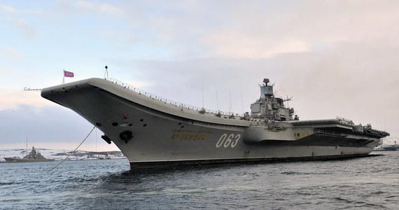 """Jeden z największych na świecie pływających doków zatonął w Murmańsku w Rosji. Prowadzono tam prace remontowe pokładu jedynego rosyjskiego lotniskowca """"Admirał Kuzniecow"""". Ewakuowano 70 osób. Cztery osoby są ranne, dwie z nich trafiły na reanimację, a jednego z pracowników uznano za zaginionego."""