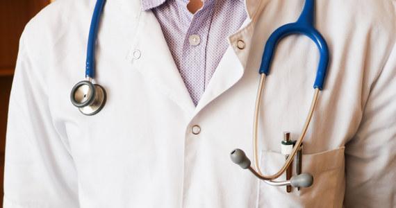 Kolejny zarzut dla 50-letniego lekarza ortopedy z Częstochowy podejrzanego już wcześniej o gwałt. Teraz też chodzi o przestępstwo seksualne. Sąd nie zgodził się na zwolnienie mężczyzny z aresztu.