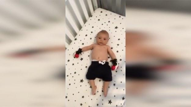 Imię zobowiązuje? Mały Tyson został porządnie wystylizowany przez swojego tatę, który chyba chciałby zrobić ze swojej pociechy boksera! Maluch wygląda na gotowego na treningi. (STORYFUL/x-news)