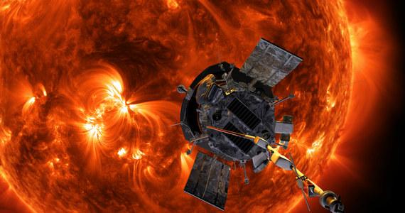 Sonda Parker Solar Probe po 78 dniach lotu pobiła już dwa rekordy. Stała się od wczoraj najbliższym Słońcu zbudowanym przez człowieka obiektem, a dziś nad ranem polskiego czasu pobiła też dotychczasowy rekord prędkości względem naszej gwiazdy. Oba rekordy należały od 1976 roku do niemiecko-amerykańskiej sondy Helios 2. Sonda Parkera, której zadaniem będą badania korony słonecznej do 2024 roku pobije rekordy jeszcze wielokrotnie. NASA informuje, że jutro rozpoczyna pierwszy z manewrów przelotu wokół Słońca.