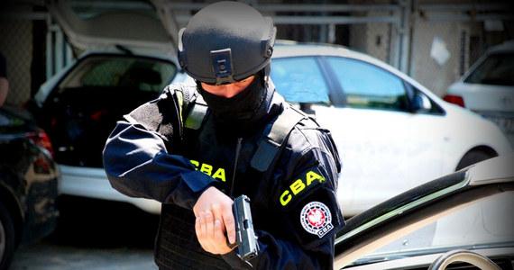 Centralne Biuro Antykorupcyjne zatrzymało dwie osoby - dyrektora ds. promocji w ratuszu w Żyrardowie i byłą rzeczniczkę tego miasta. Według śledczych osoby te mają mieć związek z wyprowadzeniem 350 tys. zł na lokalną telewizję samorządową.