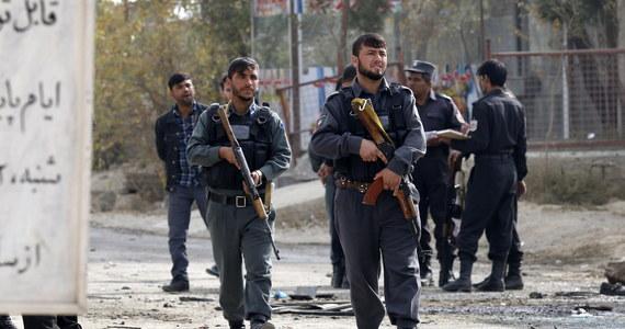 25 osób zginęło w katastrofie śmigłowca afgańskiej armii, który rozbił się w środę w złych warunkach pogodowych w prowincji Farah na zachodzie kraju. Na pokładzie byli m.in. wysoki rangą dowódca i szef rady prowincji. Talibowie twierdzą, że zestrzelili maszynę.