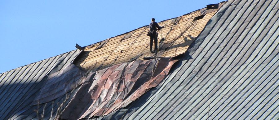 Specjaliści rozpoczęli zabezpieczanie uszkodzonego dachu kościoła pod wezwaniem Świętego Józefa w Krzeszowie. Świątynia znajduje się na terenie cysterskiego opactwa. Ubiegłej nocy silny wiatr zerwał blisko 200 metrów kwadratowych miedzianego poszycia. Prace zabezpieczające ze względu na pogodę rozpoczęto dopiero dziś.