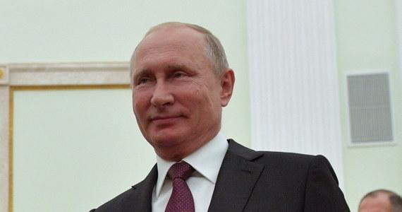 """Prezydent Rosji Władimir Putin zapewnił w środę, że Rosja będzie zdecydowanie bronić praw i interesów swoich rodaków za granicą w sytuacji rosnących na świecie napięć. Ocenił, że sytuacja na świecie jest niełatwa i wzmaga się """"agresywny nacjonalizm"""". """"Rośnie napięcie, podkopywane są podstawy prawa międzynarodowego, niszczone są wieloletnie porozumienia pomiędzy państwami"""" - powiedział Putin występując na odbywającym się w Moskwie kongresie rosyjskiej diaspory."""