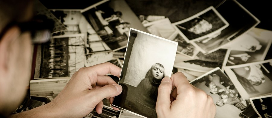 """""""Pamięć nie jest książką, którą się drukuje, odkłada na półkę i ona tam stoi. To jest raczej brudnopis pisany ołówkiem"""" – mówi w rozmowie z dziennikarką RMF FM Magdaleną Wojtoń dr Paweł Boguszewski z Instytutu Biologii Doświadczalnej im. Marcelego Nenckiego PAN. Opowiada o związkach pomiędzy zapamiętywaniem osób i zjawisk a emocjami, jakie się z nimi wiążą. Tłumaczy też, jak według naukowców możemy sobie radzić z fobiami, lękami i trudnymi wspomnieniami. """"Różne typy pamięci są umiejscowione w różnych częściach mózgu. W różny sposób nabywają wspomnienia. To jest rozproszony układ, co powoduje, że jest tak trudny do badania"""" – podkreśla ekspert. """"Mózg to nie jest komputer. Nie znamy maksymalnej pojemności. Nie jesteśmy też przecież w stanie przeliczyć na bajty wspomnień, które do niego wkładamy"""" – zauważa Boguszewski."""
