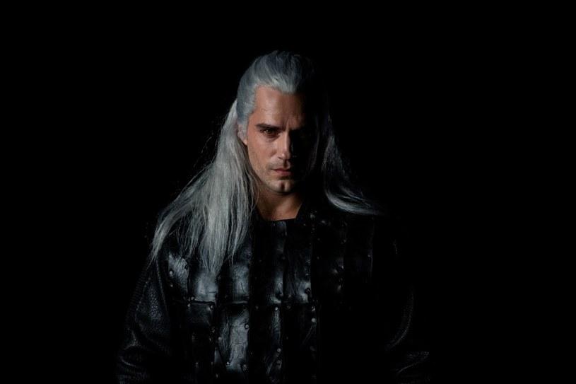 """Netflix udostępnił pierwsze zdjęcie Henry'ego Cavilla w roli Geralta z Rivii tuż przed rozpoczęciem zdjęć do serialu """"Wiedźmin"""" na Węgrzech"""