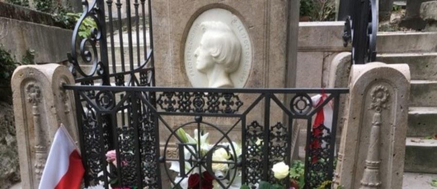 Père-Lachaise to największa nekropolia francuskiej stolicy, która odwiedzana jest przez ponad dwa miliony osób rocznie. Grobów jest tam ponad sto tysięcy. Oprócz Fryderyka Chopina i Jima Morrisona zostali tam pochowani m.in. Oscar Wilde, Molier, Edith Piaf i Maria Callas.