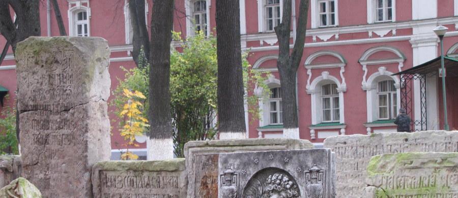 Stary Cmentarz Doński, znajdujący się na terenie Monastyru Dońskiego od końca XVIII wieku był miejscem, gdzie grzebano zmarłych przedstawicieli arystokracji rosyjskiej. Pochowano tu przedstawicieli rodów: Dołgorukich, Golicynów, Wołkońskich czy Tołstojów. Znajdują się tu także groby znanych polityków i artystów z czasów carskiej Rosji.
