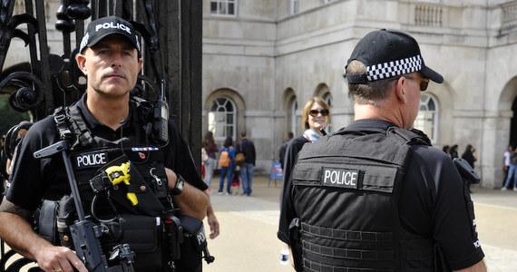 Londyńska policja metropolitalna poinformowała w piątek o aresztowaniu mężczyzny, który ranił nożem dwie osoby w pobliżu siedziby wytwórni muzycznej Sony w zachodnim Londynie. Jak podkreślono, incydent nie miał charakteru ataku terrorystycznego.