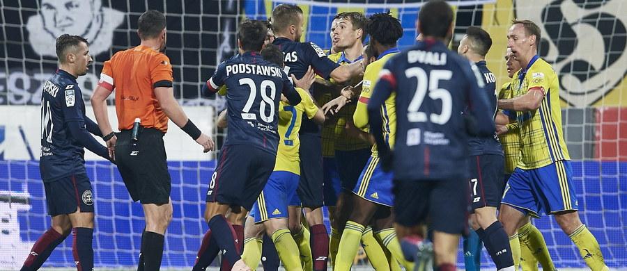 W pierwszym meczu 14. kolejki piłkarskiej ekstraklasy Arka Gdynia przegrała w piątek na własnym stadionie z Pogonią Szczecin 2:3 (2:1). Było to bardzo atrakcyjne i trzymające w napięciu do ostatnich minut spotkanie, w którym oba zespoły nastawiły się na ofensywną grę.
