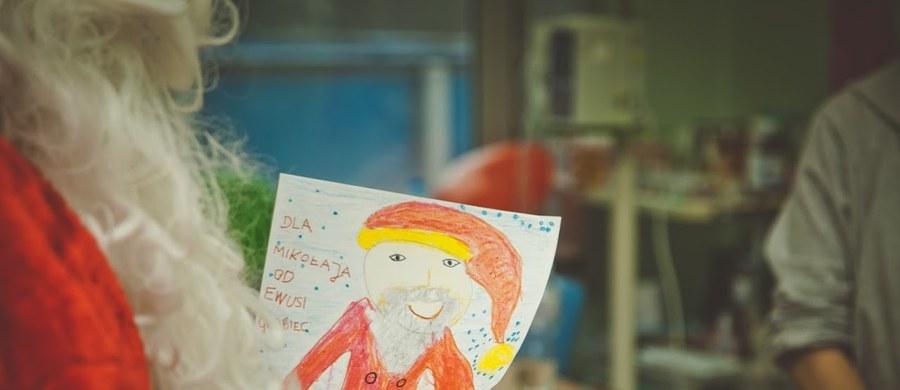 """Są takie dni w roku, kiedy chorobę jest dużo trudniej znieść. Zwłaszcza, gdy walcząc z rakiem, trzeba spędzić Boże Narodzenie w szpitalu. Akcja """"Paczka na Gwiazdkę"""" ma choć trochę rozjaśnić ten trudny czas, pozwala dzieciom i ich rodzicom poczuć odrobinę świątecznej magii.  Daje też poczucie, że ma się wsparcie. Młodsze dzieci wierzą, że prezent przynosi im sam Mikołaj. Starsze czują, że w chorobie nie są same, że są ludzie, którym na nich zależy."""