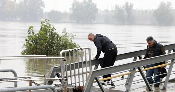 9 osób – wśród nich dzieci – zginęło w willi w miejscowości Casteldaccia koło Palermo na Sycylii. Jak podała agencja Ansa, dom zalała rzeka, która wystąpiła z brzegów po sobotnich ulewach. W innym miejscu koło Palermo zginął mężczyzna.