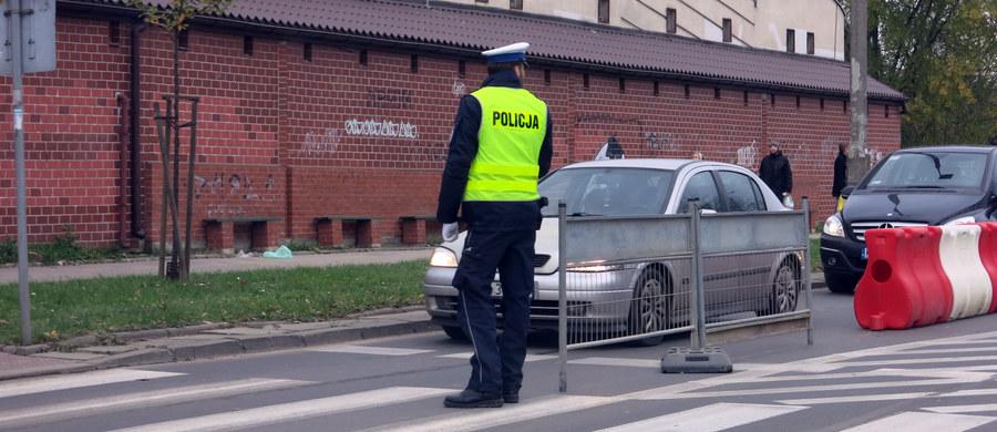 """Niedziela to kolejny dzień policyjnej akcji """"Znicz"""". Nad bezpieczeństwem kierowców czuwają tysiące policjantów. Według najnowszych informacji, od środy w wypadkach na polskich drogach zginęło aż 45 osób. Policjanci zatrzymali w tym czasie 1040 pijanych kierowców."""