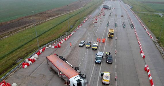 Do wypadku ukraińskiej ciężarówki na autostradzie A4 doszło w Chotyńcu na Podkarpaciu. Jej kierowca miał blisko 2 promile alkoholu w wydychanym powietrzu. Ranny trafił do szpitala.